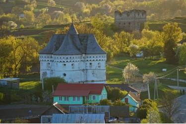 Сутківці – село з руїнами замку та середньовічною церквою-фортецею